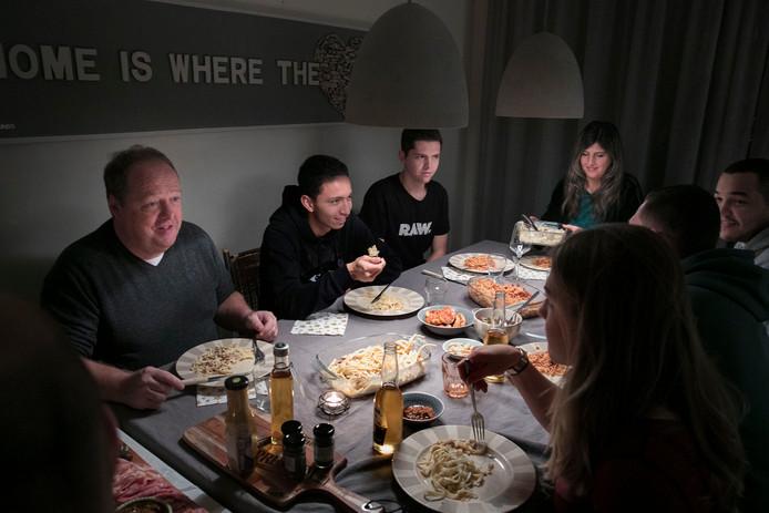 Mauro aan de eettafel bij zijn gastouders Ruud en Ans Sanders.