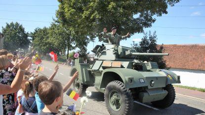 Schoolkinderen juichen Bevrijdingscolonne enthousiast toe bij intocht in Halle
