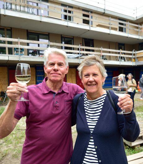 In dit 'knarrenhof' wonen ouderen zelfstandig, maar ze steunen elkaar: 'Wordt mijn laatste woning'