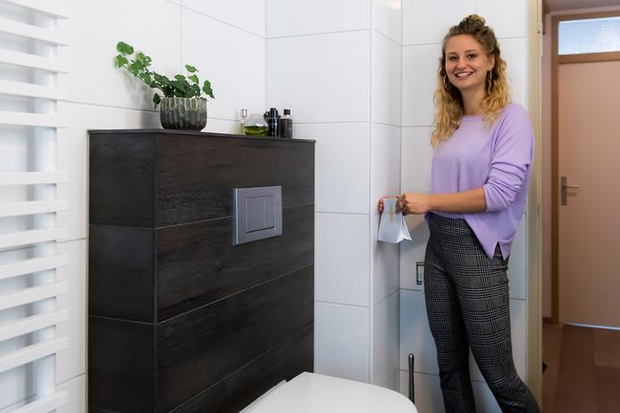 Robin Bouten (23) uit Breda met haar product om een stoma eenvoudig te kunnen verschonen.