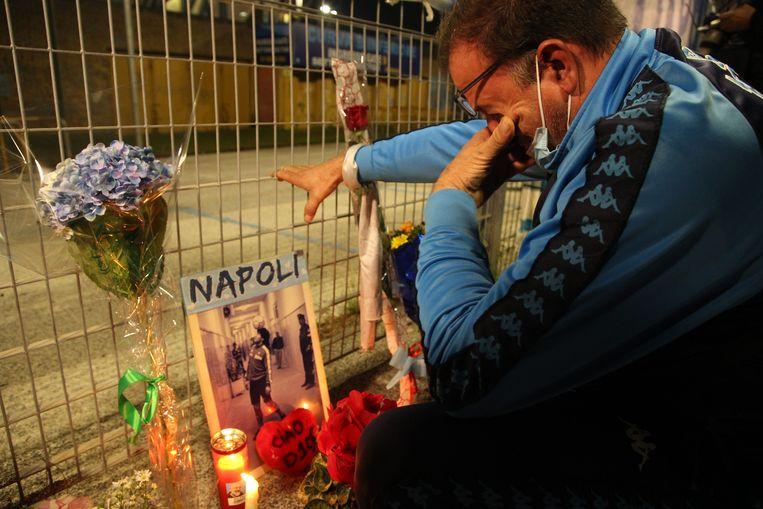 Tranen vloeien aan een gedenkplaats voor 'Pluisje'. Beeld AFP