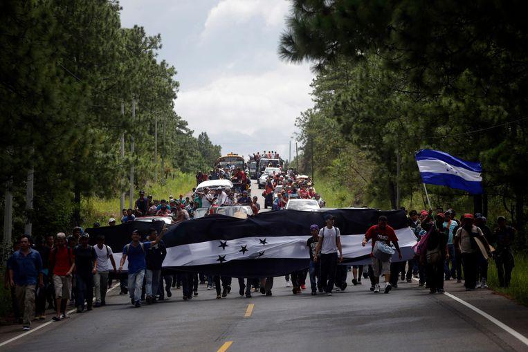 De stoet begon toen zo'n 1.300 mensen afgelopen zaterdag samenkwamen om in groep te vertrekken vanuit San Pedro Sula, omdat een migratiereis samen hen minder kwetsbaar zou maken voor overvallen, geweld en andere gevaren van de tocht doorheen Centraal-Amerika en Mexico.