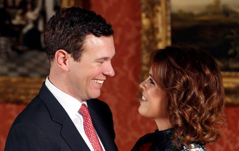 Prinses Eugenie en Jack Brooksbank poseren voor de media nadat ze hun verloving bekend hebben gemaakt.  Beeld AP