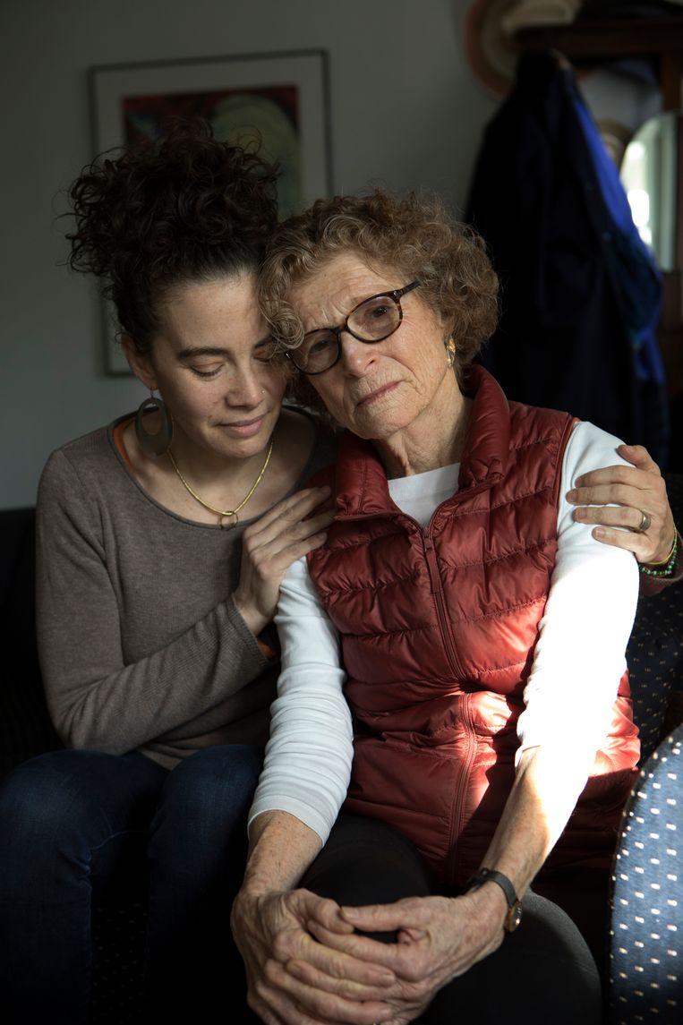 Alida Engel (72) en haar dochter Tagan Enroue (42) de dag voor de begrafenis van Selma Engel-Wijnberg. Beeld Chantal Heijnen