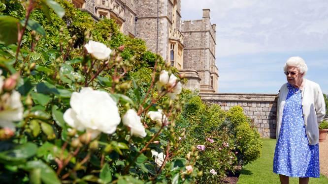 """Queen Elizabeth plant roos om verjaardag prins Philip te herdenken: """"Hij zou vandaag 100 zijn geworden"""""""
