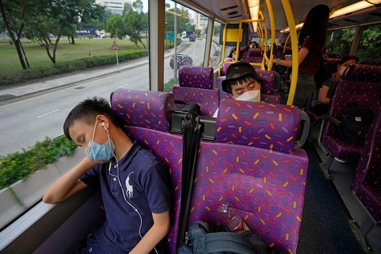 In Hongkong hoopt een reisbureau een gat in de markt te hebben gevonden: een slaapverwekkende bustour. Inwoners die heerlijk wegdoezelen tijdens lange reizen, kunnen sinds zaterdag hun ogen dichtdoen tijdens een vijf uur durende 'Sleeping Bus Tour'. De eerste rit was uitverkocht.  Beeld AP