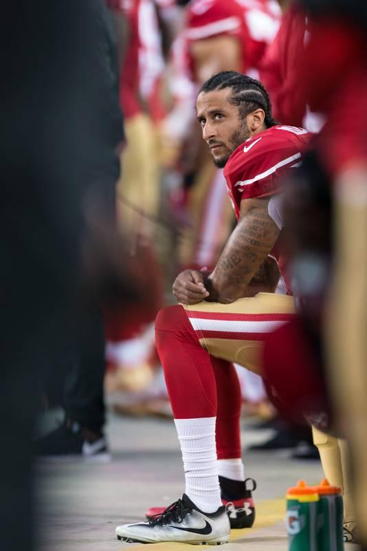 Colin Kaepernick a plusieurs fois mis un genou à terre durant l'hymne américain, avant le coup d'envoi de rencontres, pour protester contre les discriminations visant les Noirs aux États-Unis.