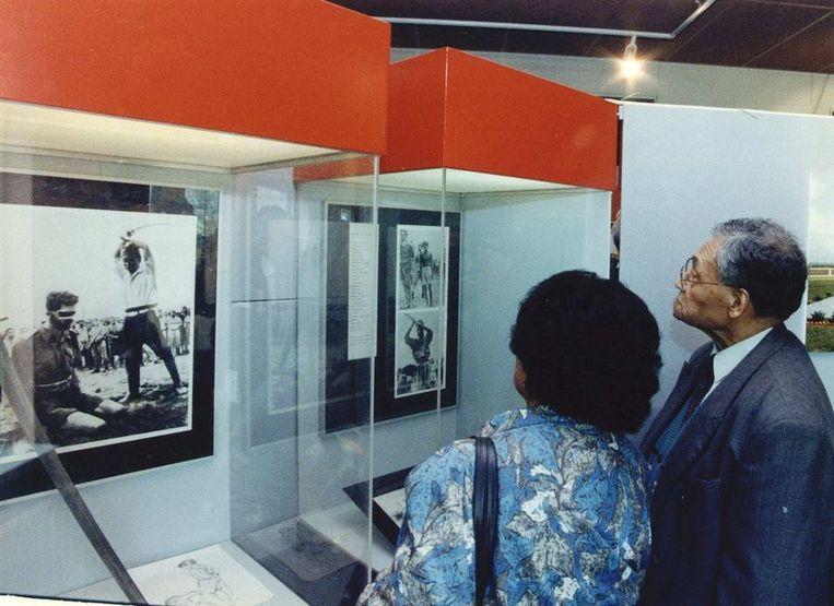 Een oud- verzetstrijder in voormalig Nederlands Indie bekijkt een foto op de tentoonstelling Indisch verzet 1942-1945 in het congrescentrum Kumpulan (1993) Beeld ANP