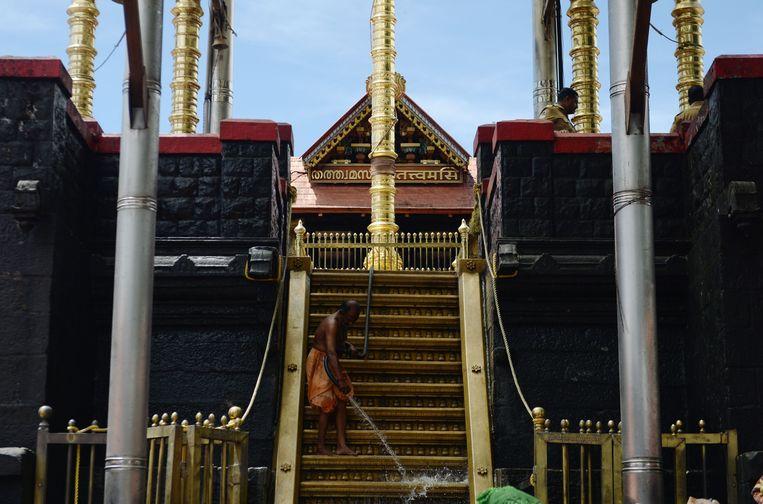 De Sabarimala tempel wordt schoongemaakt door een Indiaase man.  Beeld AFP