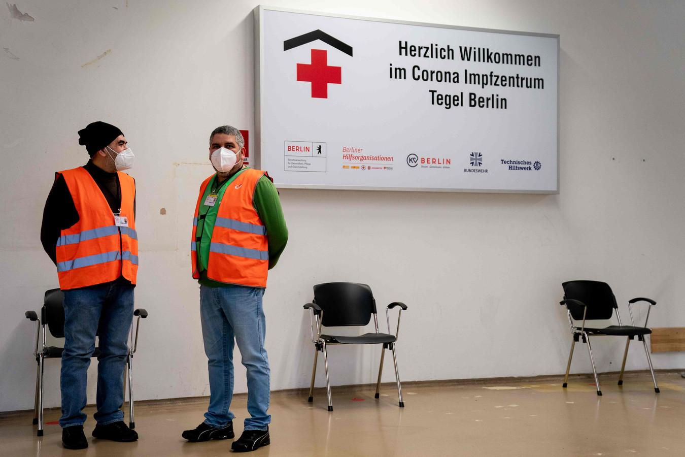 In het vaccinatiecentrum van Berlin Tegel blijft het rustig. Veel zorgmedewerkers weigeren zich te laten inenten met het AstraZeneca-vaccin.
