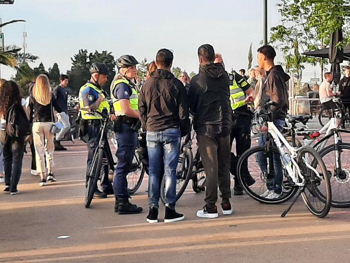 Groepen tieners dromden samen op de Strandboulevard in Harderwijk, ze waren afgekomen op de massaal aanwezige politie.
