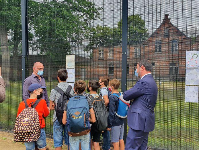 Minister Vincent Van Quickenborne (Open Vld) kwam ook luisteren naar de leerlingen. Ook directeur Serge Rooman (links) gaf tekst en uitleg.