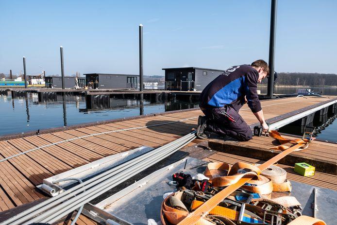 In Plasmolen is een nieuwe steiger aangelegd voor 21 varende huisjes. Zes van deze boten liggen er al.