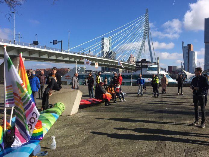 Afgelopen weekend werd er geprotesteerd tegen de dominee. Onderaan de Erasmusbrug werden 73 brieven geschreven.