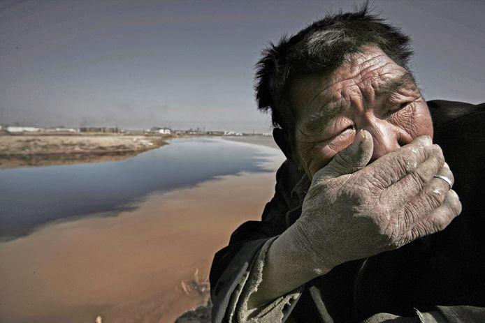Een Mongoolse herder bij de Yellow River kan de stank van het vervuilde water niet aan.