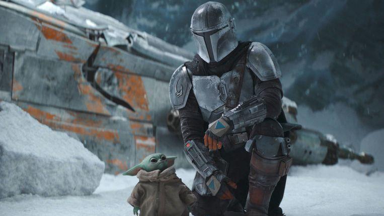 De Mandalorian (Pedro Pascal) met zijn jonge metgezel ('Baby Yoda'). Beeld Disney