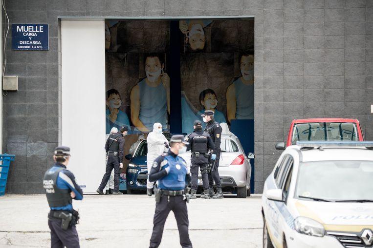 De politie houdt toezicht op het naleven van de lockdown in Madrid. Een ijspiste werd r  Beeld Photo News