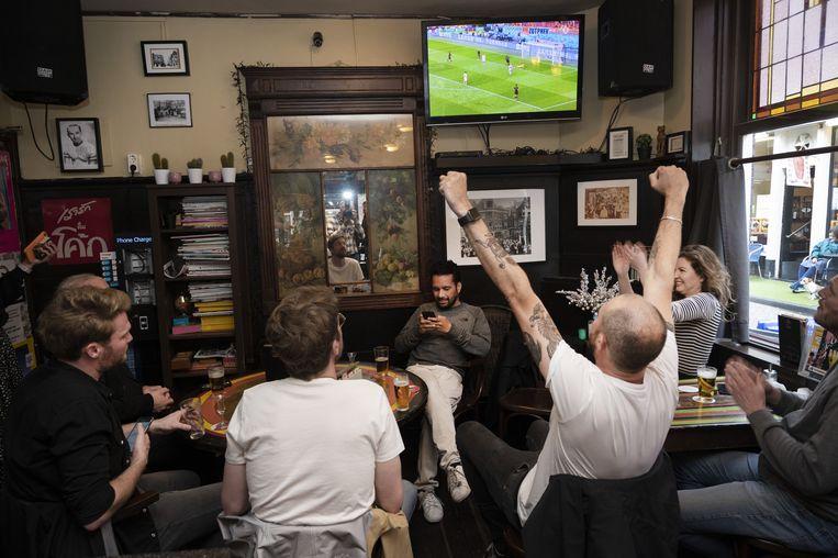 Vanaf zaterdag tot het einde van het EK mogen Amsterdamse kroegen weer wedstrijden vertonen. Beeld ANP
