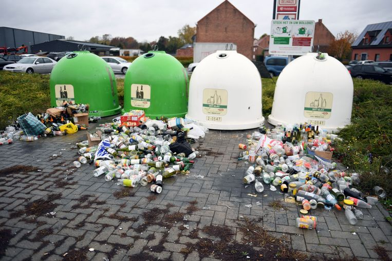 De glasbollen in Holsbeek puilden het afgelopen weekend uit van het afval.