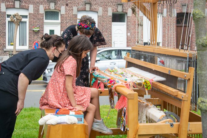 Kinderen amuseerden zich op het weefgetouw