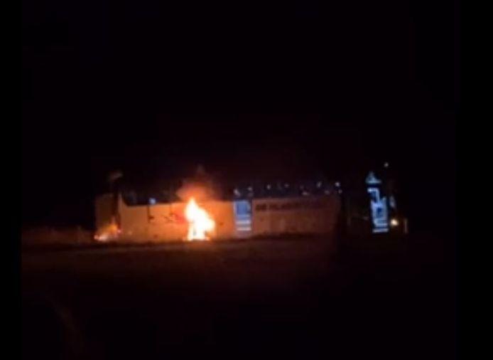 Een van de inzittenden maakte na de evacuatie beelden met zijn smarthphone. De brand was hier nog niet lang bezig. Uiteindelijk ging de gehele bus in vlammen op.