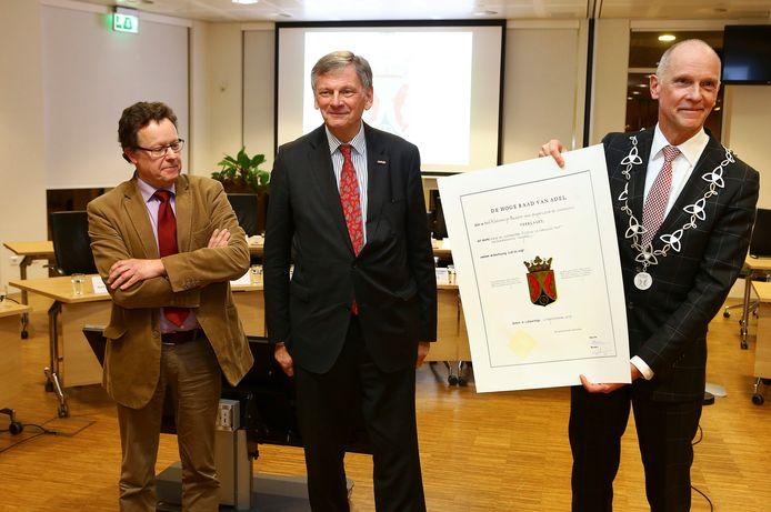 Waarnemend burgemeester Marcel Fränzel (rechts) met de oorkonde van het gemeentewapen van Altena.
