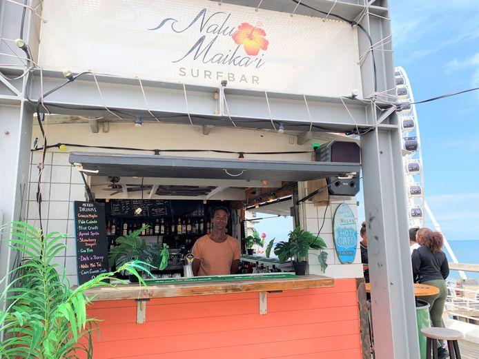 Maica in zijn bar.
