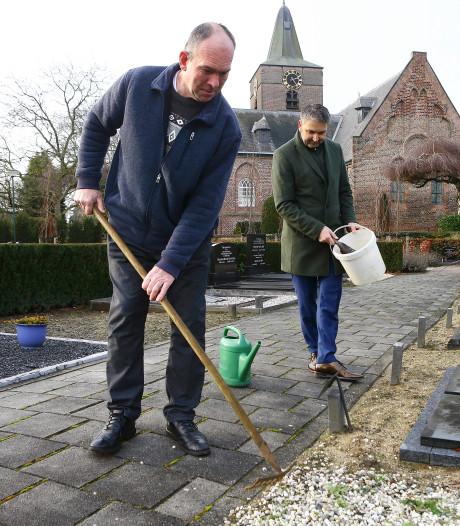 Inwoners Veen nemen het groenbeheer van de begraafplaats over: 'Klagen alleen heeft geen zin'