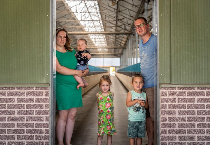 Nertsenhouder Martijn van den Boogaard met gezin bij hun lege nertsenstal.