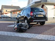 Scooterrijder ramt auto in flank na voorrangsfout in Wezep