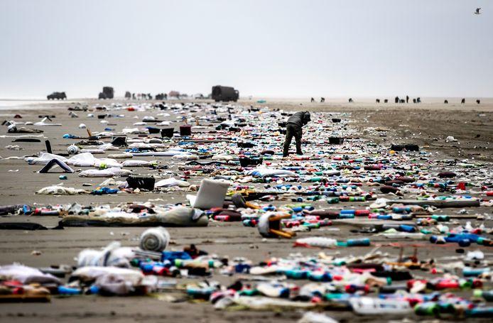 2019-01-04 12:05:10 SCHIERMONNIKOOG - Spullen op het strand die zijn aangespoeld nadat het vrachtschip MSC Zoe 270 containers was verloren. ANP REMKO DE WAAL
