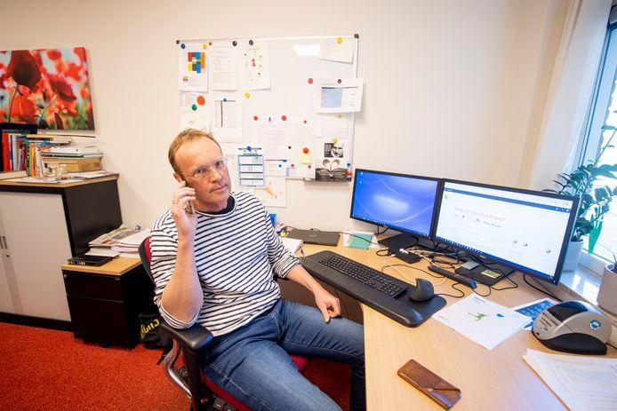 """Mobiel bellen hoeft directeur Arjen ten Brinke van De Driesprong in Hoge Hexel niet te proberen: """"Een fatsoenlijk gesprek slaagt niet."""""""