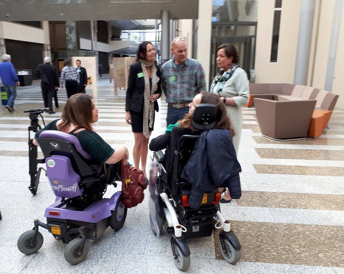 Noortje van Lith met Pauline Gransier voor het debat over loondispensatie inTweede Kamer in Den Haag