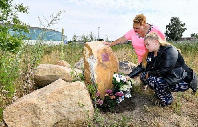 Angelique en Rachelle  Holshuijsen in juli 2019,  bij het monument voor hun doodgeschoten man en stiefvader René.