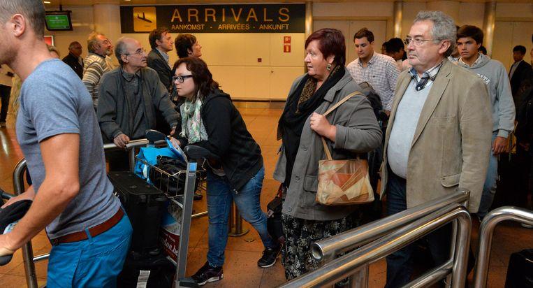 Aanschuiven aan de douane op Brussels Airport. Beeld Photo News