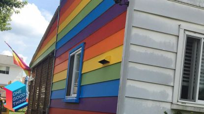 Lesbisch koppel schildert zijgevel in regenboogvlag als reactie op homofobe buren