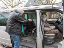 Een coronaprik halen is voor 93-jarige mevrouw Kuijpers een enorme onderneming: vanuit Eindhoven naar Veghel