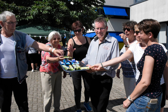 John Smolders deelt noodgedwongen gratis ijs uit. Hij heeft een klein terras aan De Bleek gemaakt.