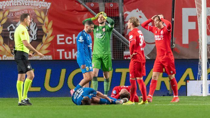 Het ongeloof is groot bij de spelers van FC Twente als scheidsrechter Pol van Boekel naar de stip heeft gewezen.