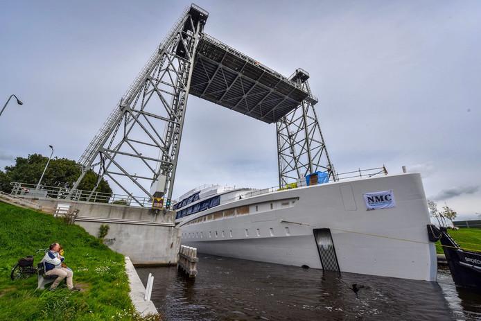 Het megajacht vaart door Alpen en is onderweg naar Royal van Lent Shipyard.