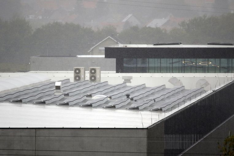 Er was dinsdagmiddag een 'officiële opening' van de zonnepanelen, in de gietende regen...