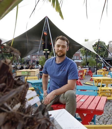 Tijdelijk terras op de Markt in Schijndel: 'zeecontainers met bier en wijn en gáán'