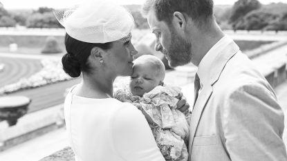 Baby Archie achter gesloten deuren gedoopt (en daar zijn veel Britten niet blij mee)