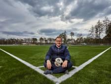 Björn Grotenhuys koestert cornervlag op kakelvers kunstgras in Vorden: 'Dit plekkie is van pa en mij'
