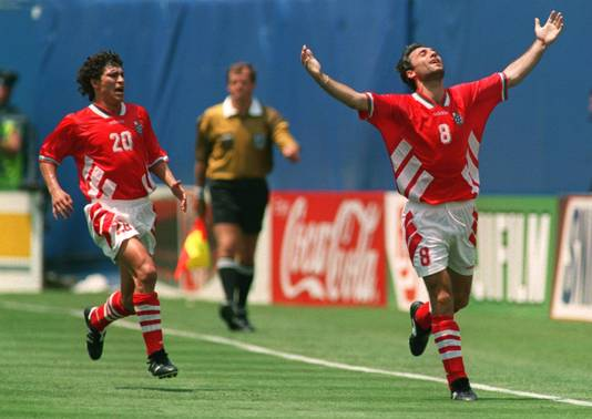 Hristo Stoichkov (rechts) viert zijn treffer tegen Duitsland op het WK 1994. Krasimir Balakov wil hem feliciteren.