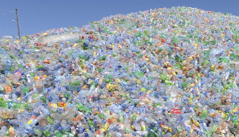 Een enorme berg plastic afval Beeld
