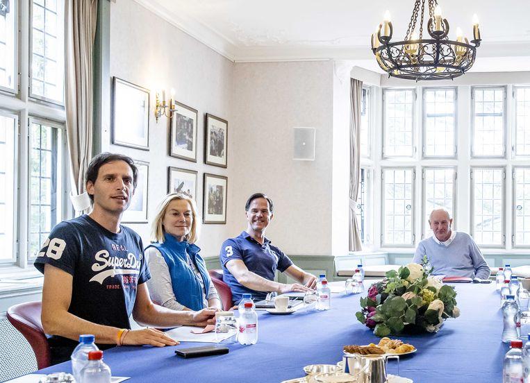 De formatiegesprekken op landgoed De Zwaluwenberg. Wopke Hoekstra (CDA), Sigrid Kaag (D66), Mark Rutte (VVD) en informateur Johan Remkes (van links naar rechts). Beeld ANP