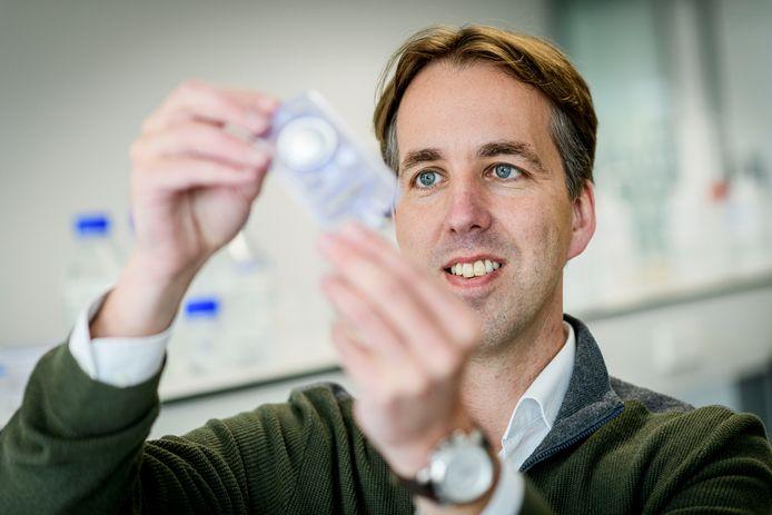 Wim van Hoeve, directeur Solstice, toont een cartridge met de revolutionaire contrastvloeistof.