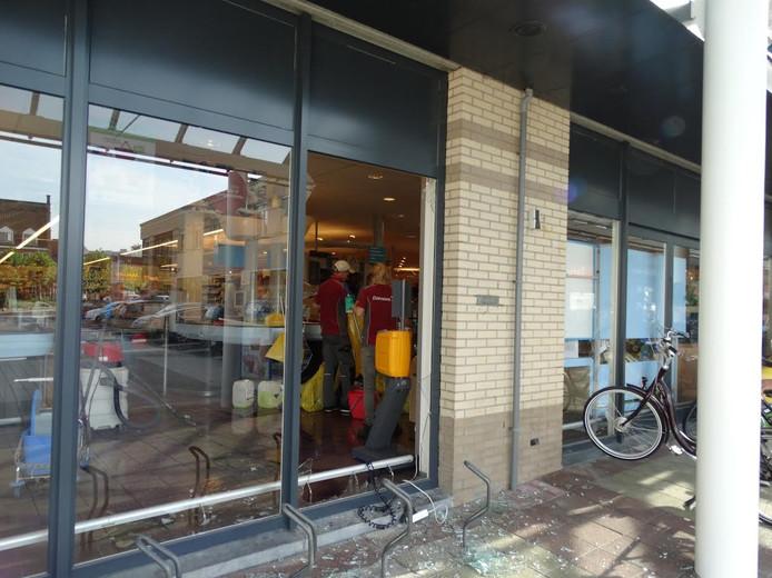 Het vernielde raam bij de Albert Heijn in Axel