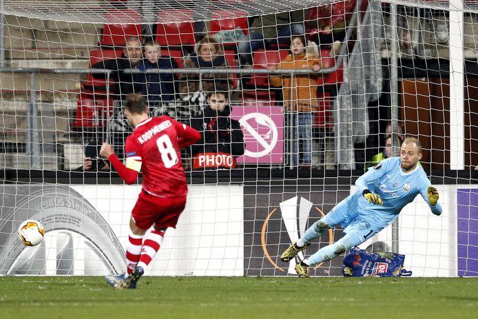 Teun Koopmeiners scoort van elf meter tegen Lask Linz in de vorige editie van de Europa League.